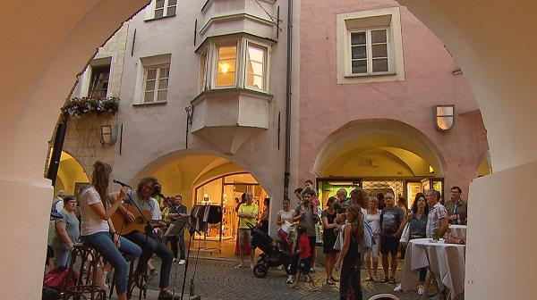 Dov\'è la cena? In piazza Duomo a Bressanone - Società - TGR Bolzano
