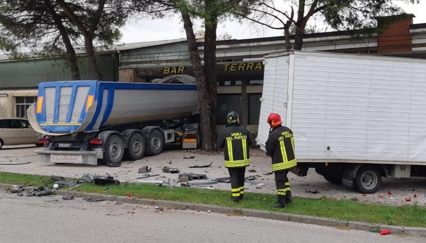 Camion evita il frontale con il furgone ma finisce contro un bar