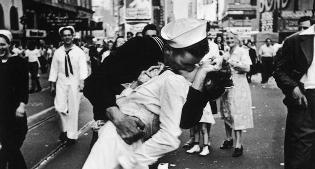 Muore il marinaio del bacio icona della fine della seconda for Giornata mondiale del bacio 2018