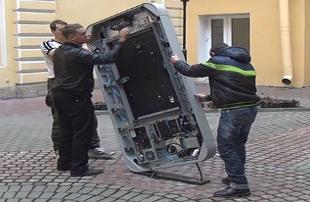 """""""Propaganda della sodomia"""". A San Pietroburgo le autorità rimuovono il monumento a Steve Jobs"""
