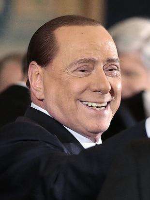 """Il rientro show di Berlusconi: chiama Renzi """"birichino"""" e Bindi """"uomo"""""""