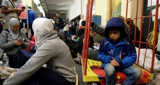 Migranti: l'Austria verso lo stop alle richieste d'asilo, 2.200 soldati ai confini