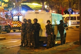 Attentati in serie, l'Isis porta la guerra a Parigi: almeno 127 morti in sei attacchi