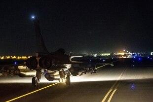 """Attentati a Parigi, l'ottavo terrorista """"forse in Italia"""". Pioggia di bombe su Raqqa"""