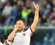Serie A. La Roma vince in casa del Genoa, Totti ancora a segno. Il Napoli deve rispondere