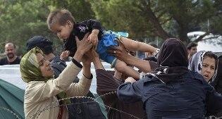 Attaccato con molotov e sassi campo profughi in Grecia, distrutte le baracche, 150 rifugiati in fuga