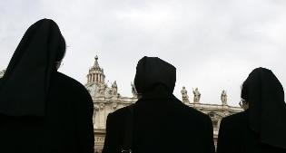 """Monsignor Becciu: Papa Francesco """"rattristato per le 'suore' spose"""""""