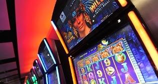 Lite per una donna in una sala slot machine di Milano: 56enne albanese accoltella a morte 46enne
