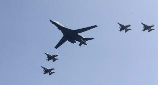 Bombardiere americano in volo sulla Corea. Avvertimento a Pyongyang dopo il test nucleare
