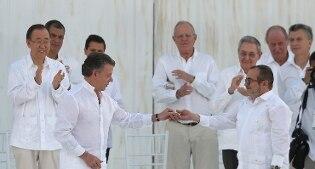 Con una pallottola trasformata in penna la Colombia firma la storica pace con le Farc