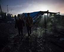 Fiamme nella notte a Calais: sassate su pompieri che cercano di spegnere gli incendi nella