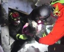 Hotel Rigopiano, i Vigili del Fuoco salvano tre bambini: il video