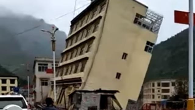 piogge torrenziali in tibet un edificio di cinque piani