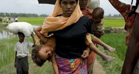Profughi Rohingya entrano in Bangladesh dal Myanmar dopo aver attraversato il fiume Naf a Teknaf (Getty Images)
