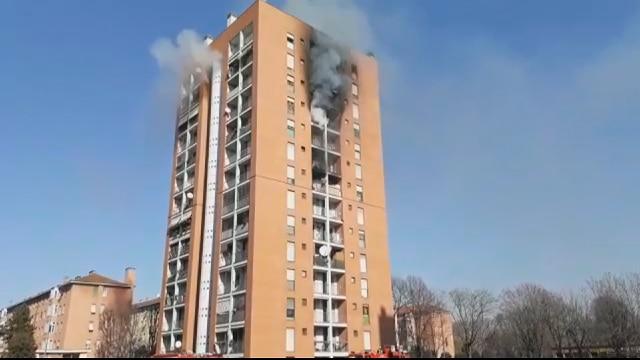 Milano rogo in un palazzo di 13 piani il video dell for Piani di casa di palazzo