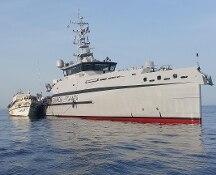 Barcone verso Sicilia. Completato trasbordo dei 450 su navi italiane e Frontex