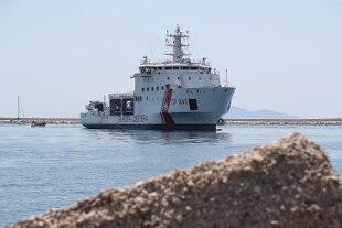 La nave Diciotti è entrata nel porto di Trapani. Salvini: 'Nessuno scenda'