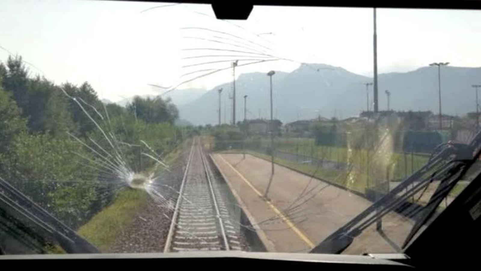 Sasso contro un treno di Trentino Trasporti - Cronaca - TGR Trento