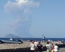 Stromboli, esplosioni dal cratere: un morto e un ferito. Alcuni turisti scappano in mare