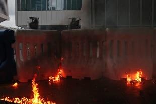 Scontri con manifestanti nel centro di Hong Kong. Molotov contro la polizia che risponde con idranti – Rai News