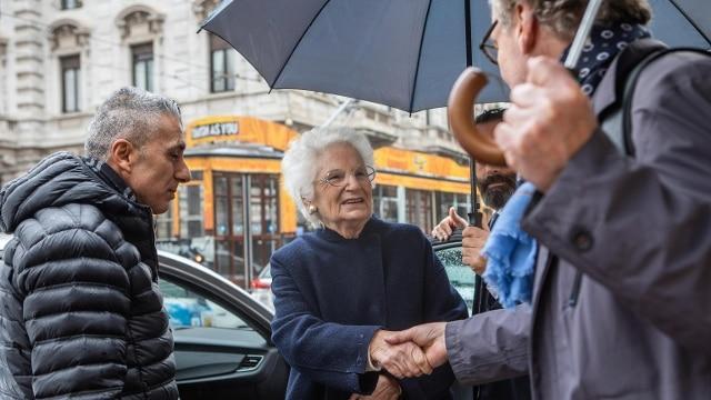 Liliana Segre davanti al Teatro alla Scala a Milano: la prima volta con la scorta - Rai News