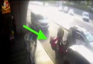Roma, revocata la licenza al tassista che picchiò un cliente a Fiumicino - Rai News