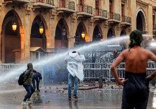 Libano, riesplode la protesta: scontri nel centro di Beirut, quasi 400 feriti - Rai News