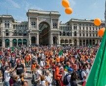Milano: gilet arancioni in piazza, assembramenti e poche mascherine. Sala: Prefetto denunci