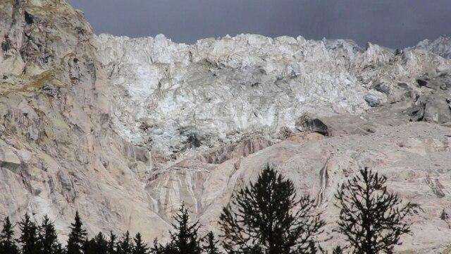 Valle d'Aosta allerta per il ghiacciaio in Val Ferret, preoccupa rialzo termico thumbnail