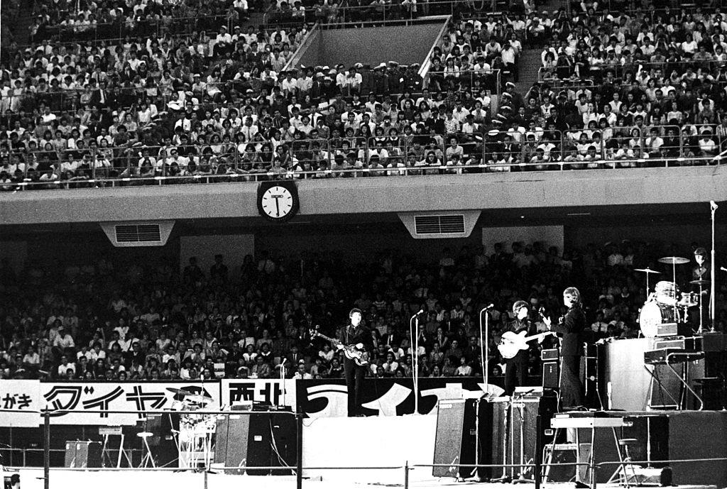 Il primo concerto del tour giapponese dei Beatles, alla Nippon Budokan Hall di Tokyo, 30 giugno 1966. (Foto di Keystone/Hulton Archive/Getty Images)