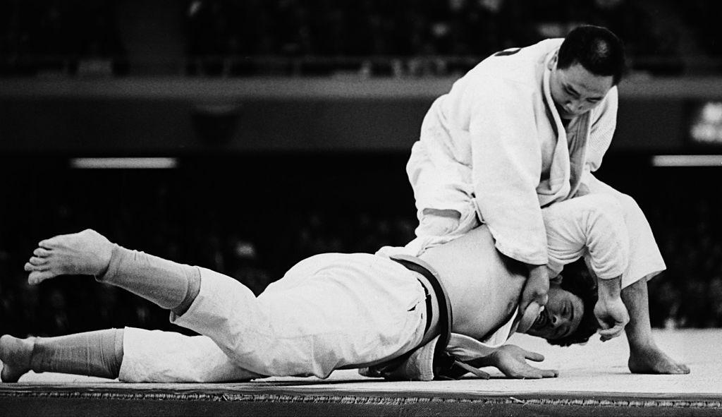Il judoista giapponese Isao Inokuma vince il combattimento contro il canadese Alfred Rogers nella sala Budokan e diventa medaglia d'oro alle Olimpiadi di Tokyo il 22 ottobre 1964. (Foto di Keystone-France/Gamma-Keystone via Getty Images)