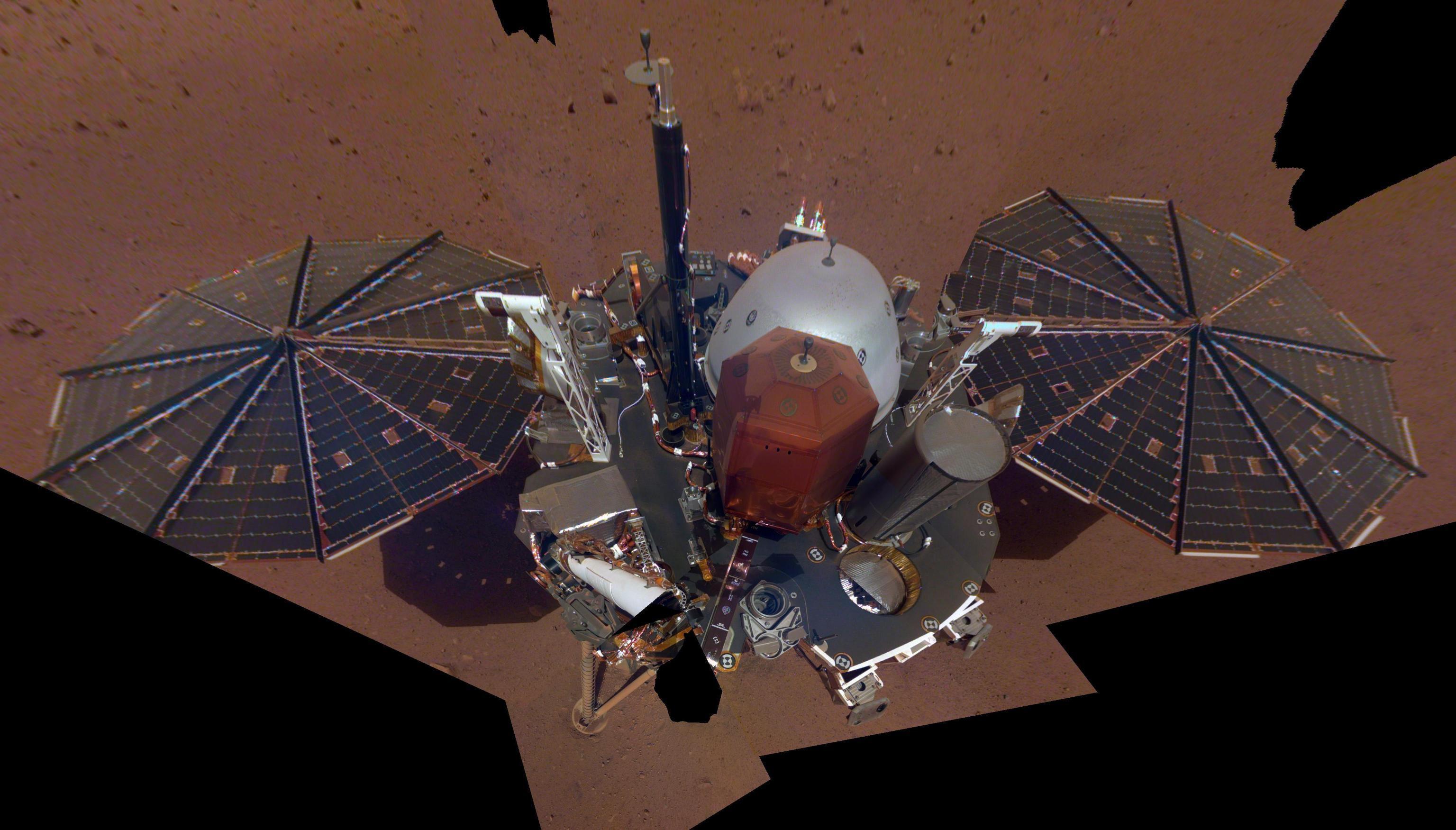 Una foto a mano resa disponibile dalla NASA/JPL-Caltech l'11 dicembre 2018 mostra il primo selfie completo della NASA InSight su Marte