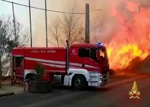 Incendi, Sicilia: a Catania case evacuate, soccorsi via mare. Curcio:  invieremo squadre da terra - Rai News