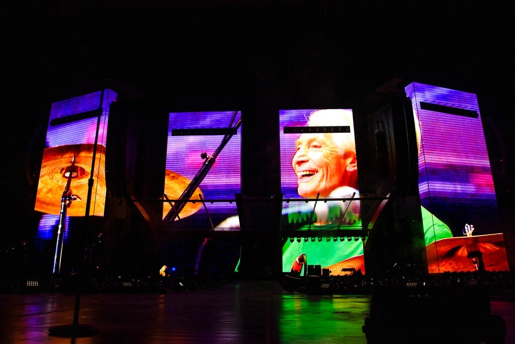 Rolling Stones, il primo concerto del tour senza Charlie Watts, il commosso omaggio al batterista